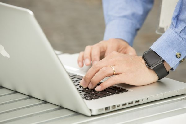 Accessing the Macquarie University 'OneNet' network via a laptop.